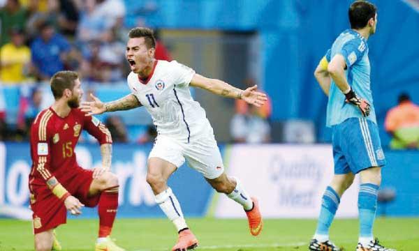 La joie d'Eduardo Vargas qui a inscrit le premier but contraste avec le désespoir des Espagnols. Ph. FIFA
