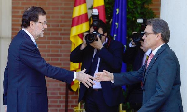L'un défend l'unité de l'Espagne, l'autre le droit des Catalans à décider de leur avenir : Mariano Rajoy et Artur Mas, se sont rencontrés mercredi à Madrid après deux ans d'un dialogue de sourds qui semble sans issue. Ph : AFP