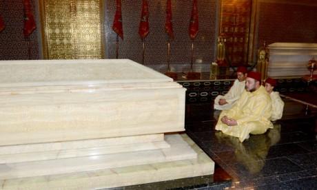 S.M. le Roi, Amir Al Mouminine, se recueille sur la tombe de feu S.M. Mohammed V