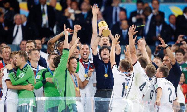 Les joueurs allemands brandissant le trophée de la Coupe du monde. Ph. FIFA