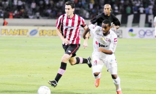 L'attaquant du Raja, Mohcine Iajour, aux prises avec un défenseur de l'Athletic Bilbao lors d'un match amical entre les deux équipes. Ph. Seddik