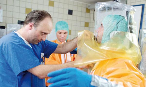 Des scientifiques allemands se livrant à un exercice de simulation pour se préparer à une éventuelle épidémie d'Ebola,  le 5août2014 à Francfort. Ph. AFP