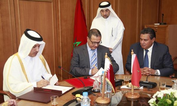 Aziz Akhannouch, ministre de l'Agriculture et de la pêche maritime, Mohammed Boussaid, ministre de l'Economie et des finances, et Ali Sheriff Al Emadi, ministre qatari des Finances, lors de la signature de la convention de don.