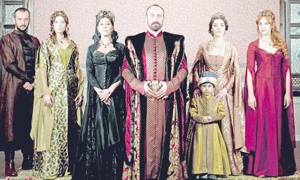Le grand succès des séries turques s'expliquerait par la densité de l'histoire, le talent et la beauté physique  des personnages et la qualité de l'image.