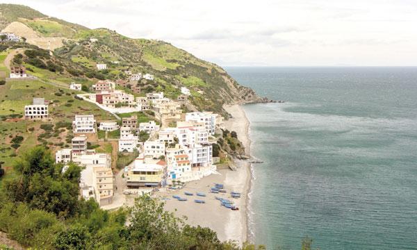 Oued Laou, une ville touristique en été, grâce à sa plage entourée de montagnes.