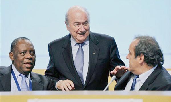 De gauche à droite, Issa Hayatou, président de la CAF, Sepp Blatter, président de la FIFA, et Michel Platini, président de l'UEFA.