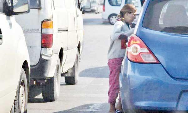 Les jeunes apprennent très tôt à battre le pavé pour se procurer de l'argent  en demandant l'aumône.