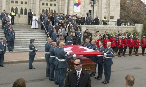 Les funérailles de l'adjudant Patrice Vincent à Longueuil. Un attentat qui a avivé les craintes de terrorisme rampant dans un pays membre de la coalition internationale contre l'EI. Ph : lapresse.ca
