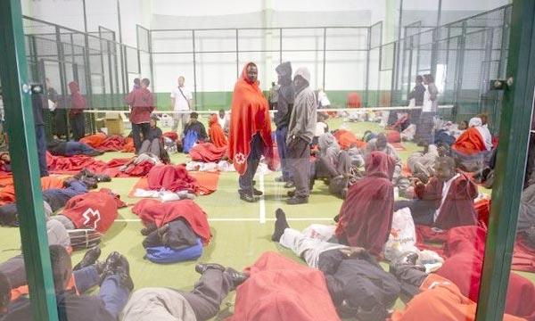 Des migrants africains sont accueillis dans un gymnase après avoir été repêché par des sauveteurs espagnols, à Tarifa. Ph : AFP
