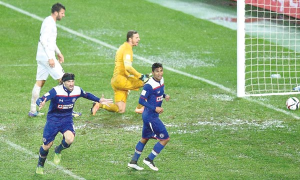 La célébration du but de l'avantage de Cruz Azul, inscrit par le renard argentin, Mariano Pavone.                 Ph. FIFA