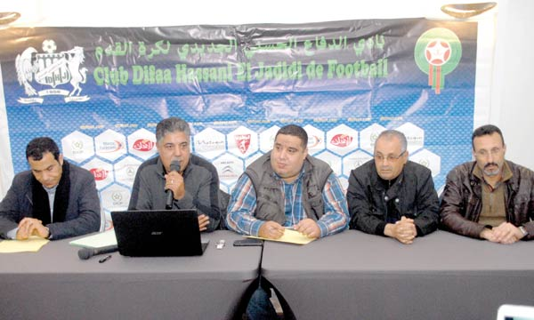 Saïd Kabil, président du DHJ, et les membres de son comité font front contre l'ancien entraîneur du club, Hassan Shehata.