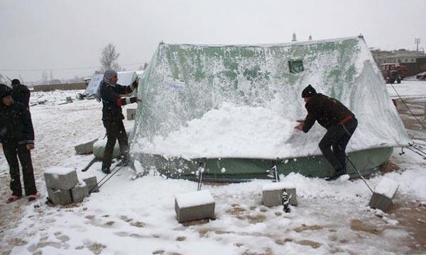 «Nous avons peur que les tentes s'effondrent sous le poids de la neige», des réfugiés syriens sous la neige dans un camp de réfugiés au Liban. Ph :  AFP