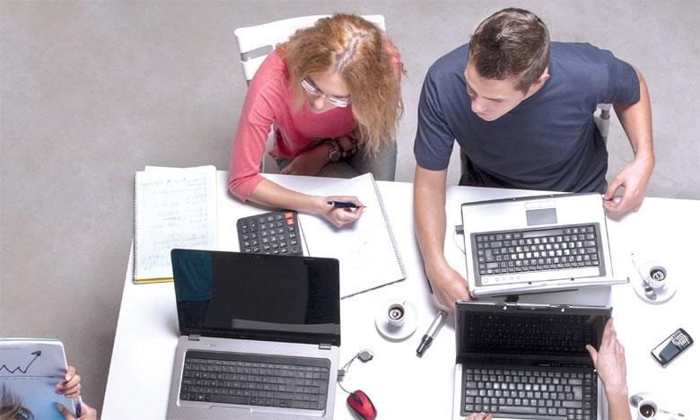 Les espaces de coworking sont nés dans le but d'offrir aux entrepreneurs et travailleurs indépendants un environnement de travail collaboratif, mais surtout un accès à des communautés d'entrepreneurs.