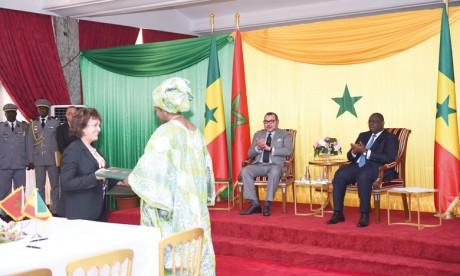 Sa Majesté le Roi Mohammed VI  et le Chef de l'Etat sénégalais président la cérémonie de signature de treize accords bilatéraux
