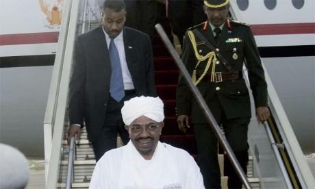 Omar El Béchir arrive à Karthoum le 15 juin 2015, venant de Johannesbourg. Sous le coup de deux mandats d'arrêt à la Cour pénale internationale (CPI), le président  soudanais est parvenu à quitter le pays en dépit  de l'interdiction de quitter le ter