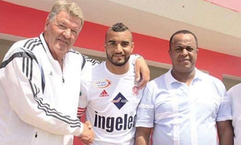 Ismaël El Haddad lors de la signature officielle de son contrat avec le WAC.