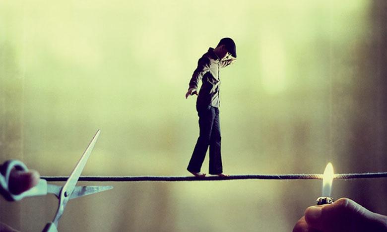 Le photographe a traité le sujet de son exposition intitulée «Au gouffre», en présentant une image composée où il figure lui-même marchant sur un fil.