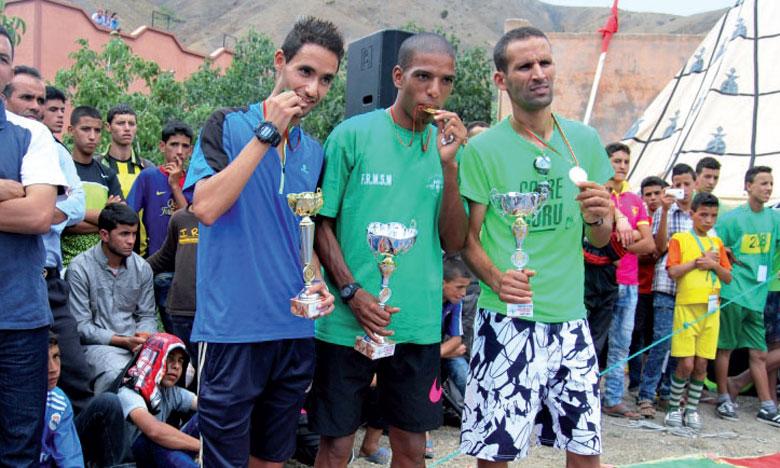 Les vainqueurs du Trail Tichka, arborant fièrement leurs médailles.                                                                                                                                                                    Ph. DR
