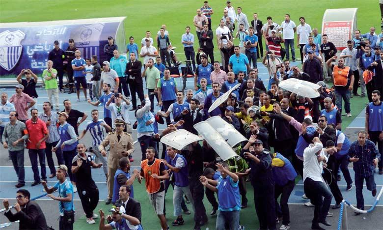 Le trio arbitral du match a été la cible de jets de projectiles au Grand stade de Tanger.                     Ph. Saouri
