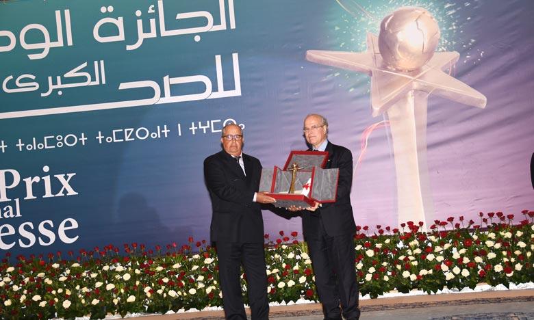 Abdeljalil Fenjiro étant en voyage à l'étranger, le trophée a été remis à un de ses proches, Noureddine Amir, par un de ses amis de longue date et professionnel confirmé, Seddik Maaninou. Ph : Hihi
