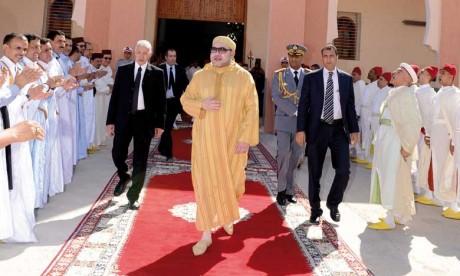 Amir Al Mouminine accomplit la prière du vendredi à la mosquée Hassan II de Laâyoune