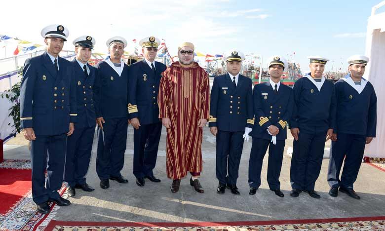 S.M. le Roi, Chef suprême et Chef d'État-major général  des FAR, inaugure à Dakhla la barge de désalinisation d'eau de mer «Oued Massa»