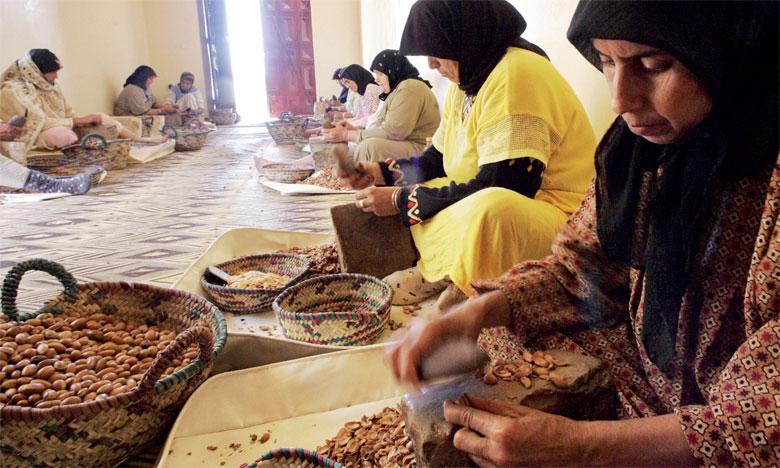Entre 80 et 90% des productions vivrières en Afrique sont le fruit du travail féminin. Au Maroc, l'extraction de l'huile d'argan est un travail exclusivement féminin.                   Ph. DR