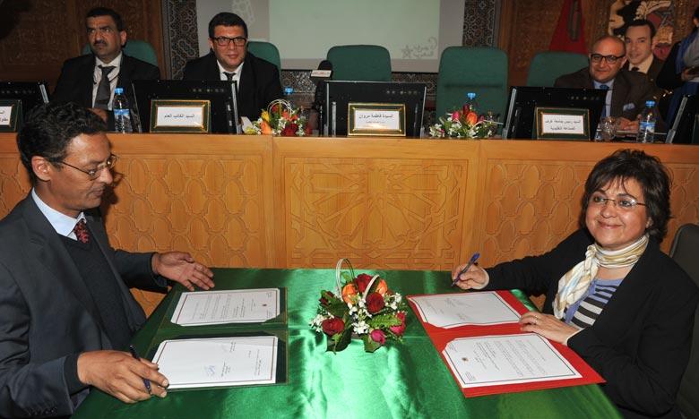 La ministre de l'Artisanat et de l'Economie sociale et solidaire, Fatima Marouane et le président de la Fédération des Chambres d'artisanat, Cheguaf Sidati, lors de la signature d'une convention-cadre. Ph : MAP