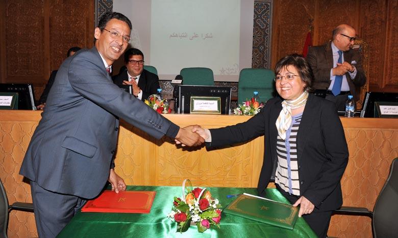 Fatima Marouane a présidé la signature d'une deuxième convention entre le directeur général de la Maison de l'artisan, Abdellah Adnani, et les présidents de 12 Chambres d'artisanat. Ph : MAP