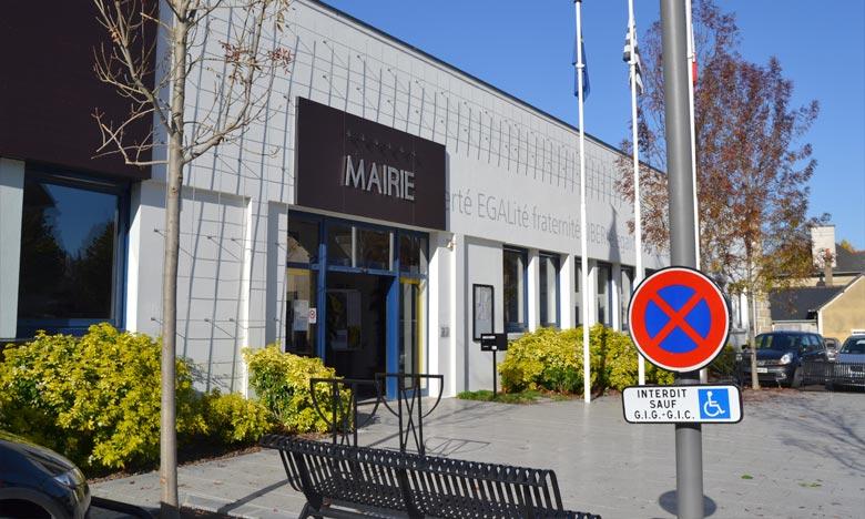 Pour marquer son désaccord avec la politique européenne de la crise des migrants, la commune de Vern-sur-Seiche, au sud de Rennes a décidé de mettre son drapeau européen en berne. Ph : mapio.net