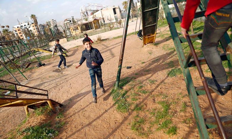Des enfants sur une balançoire à Douma au premier jour de la trève en Syrie. Selon le ministère russe de la Défense, 15 violations de la trêve ont été observées en Syrie depuis le début de l'opération, il y a 24 heures.  Ph : AFP