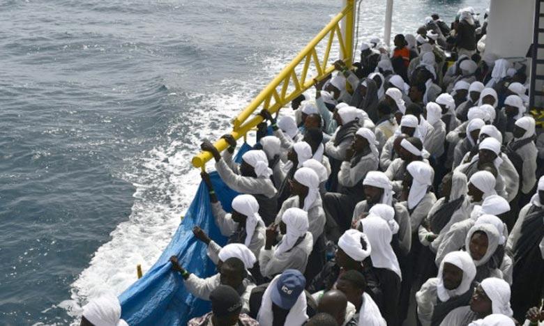 Des migrants à bord du bateau de secours «Aquarius» qui arrive dans le port de Cagliari, en Sardaigne, en Italie. Ph : AFP