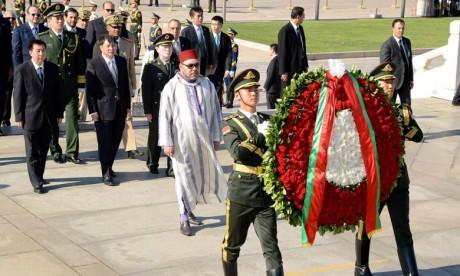 S.M. le Roi dépose une gerbe de fleurs devant le monument aux Héros du peuple