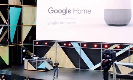 Mario Queiroz, vice-président produits de Google, présentant l'assistant virtuel «Google home» à Mountain View le 18 mai2016.