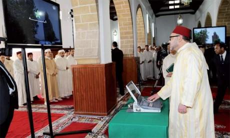 4 avril2014: S.M. le Roi Mohammed VI procède au lancement du programme de lutte contre l'analphabétisme à travers la télévision et l'Internet.