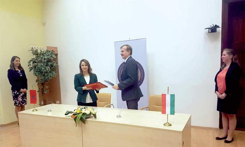 Charafat Afilal, ministre chargée de l'Eau, et Laszlo Felkai, secrétaire d'État hongrois en charge du secteur de l'Eau, ont signé le mémorandum le 27 juillet à Budapest.