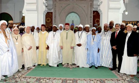 14 Juin 2016: S.M. le Roi préside à Fès la cérémonie d'installation des membres du Conseil supérieur de la Fondation Mohammed VI des oulémas africains.
