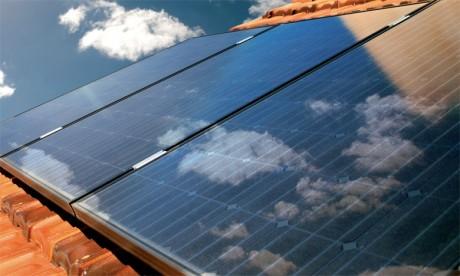 Malgré la baisse du coût des panneaux solaires, seuls quelque 15.000 foyers français pratiquent l'autoconsommation sans vendre d'électricité au réseau, selon l'association des industriels du secteur Enerplan.