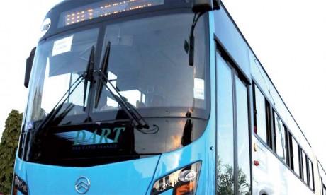 À l'intérieur des bus bleus, la propreté quasi parfaite contraste avec l'état de délabrement des dala dala. Les nouveaux bus peuvent en outre se targuer de portes automatiques, d'emplacements réservés aux handicapés, de poignées pour les passagers de