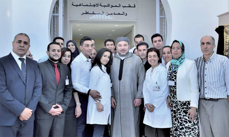 11 juillet 2015 : S.M. le Roi Mohammed VI procède, au quartier Beni Makada à Tanger, à l'inauguration d'un Centre d'addictologie.