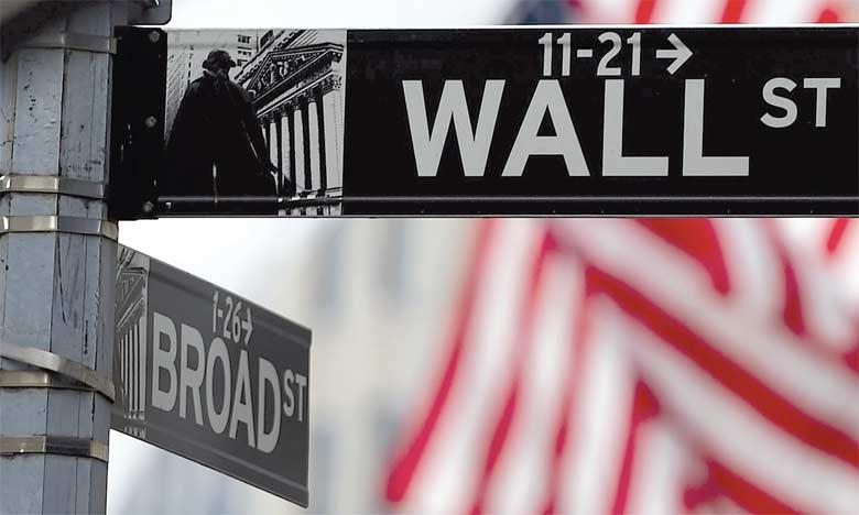 Enfermés dans leur bulle et le confort de l'entre-soi, beaucoup d'économistes tentent de démontrer l'indémontrable, car ils sont souvent payés par des banques d'affaires, des cabinets de conseil et des grandes entreprises. Ils fabriquent des concepts