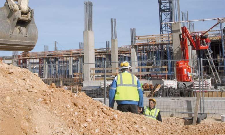 Du côté de la construction, le gouvernement a réduit les investissements dans les travaux publics ces derniers mois afin de réduire le déficit public. Ce déficit, de 5,1% du PIB en 2015, doit repasser sous les 3% en 2018 pour satisfaire  la Commision