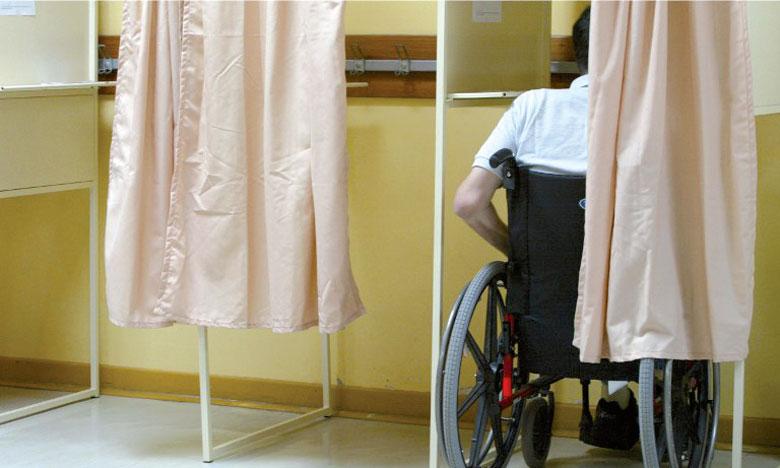 La circulaire appelle à mettre les urnes à la portée des personnes se déplaçant en fauteuil roulant