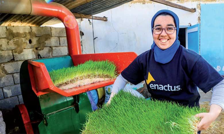 Hanane Rifaï, CEO d'Hydrobarley, présentant le produit de la jeune start-up.