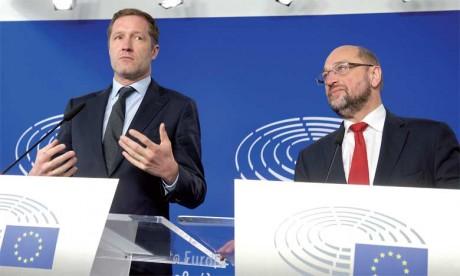 Le Chef du gouvernement wallon, Paul Magnette (à gauche), et le président du Parlement européen, Martin Schulz, lors d'une conférence de presse,  le 22 octobre2016 à Bruxelles.
