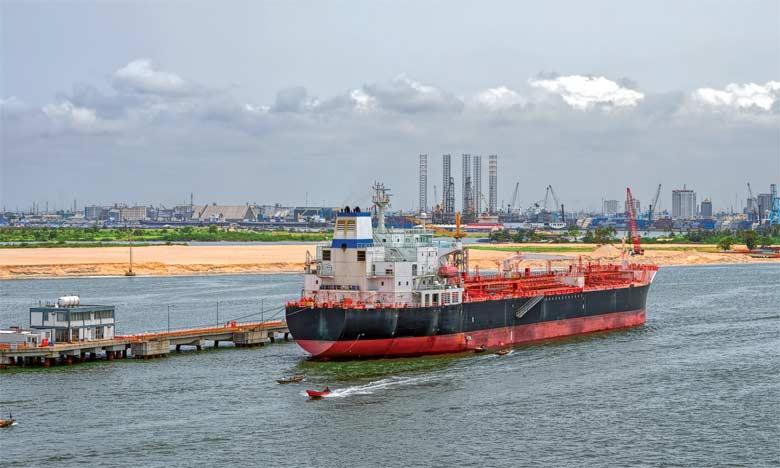 Une légère augmentation des cours du pétrole, à près de 50 dollars le baril, n'aura pas permis au géant d'Afrique de l'Ouest, désormais second exportateur d'or noir du continent, de résoudre sa crise de pénurie de devises.