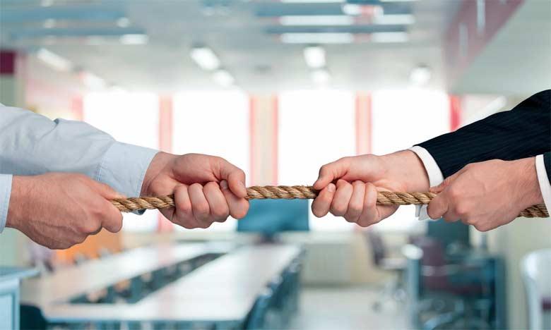 Les situations toxiques peuvent être générées par les pairs, les collègues dans un département  ou service, par esprit de compétition, par jalousie ou par refus du changement.