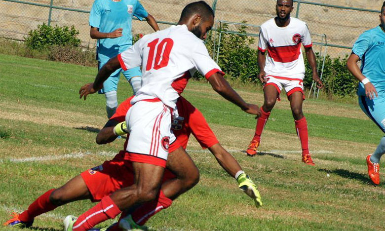 Le match au sommet de cette journée a opposé le leader, Chabab Mohammedia (en rouge), au Stade Marocain  et s'est soldé par un piètre (0-0).