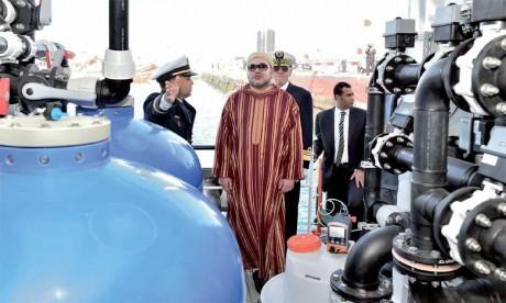8 février 2016: S.M. le Roi Mohammed VI procède, au Port de Dakhla,  à l'inauguration de la barge de désalinisation d'eau de mer «Oued Massa».