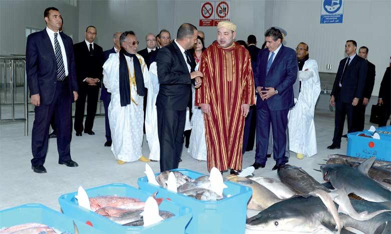 8 février 2016: S.M. le Roi Mohammed VIprocède, au port de Dakhla, à l'inauguration de la nouvelle halle au poisson.